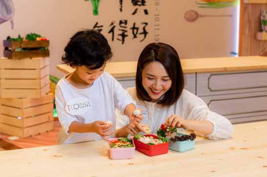營養師示範如何製作親子營養餐
