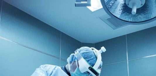 在微創脊柱手術 使用MR混合實境智慧眼鏡 輔助導航系統
